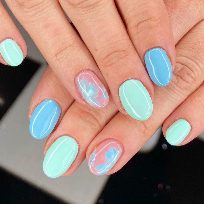 une idée d ongle couleur été en bleu et rose forme ovale