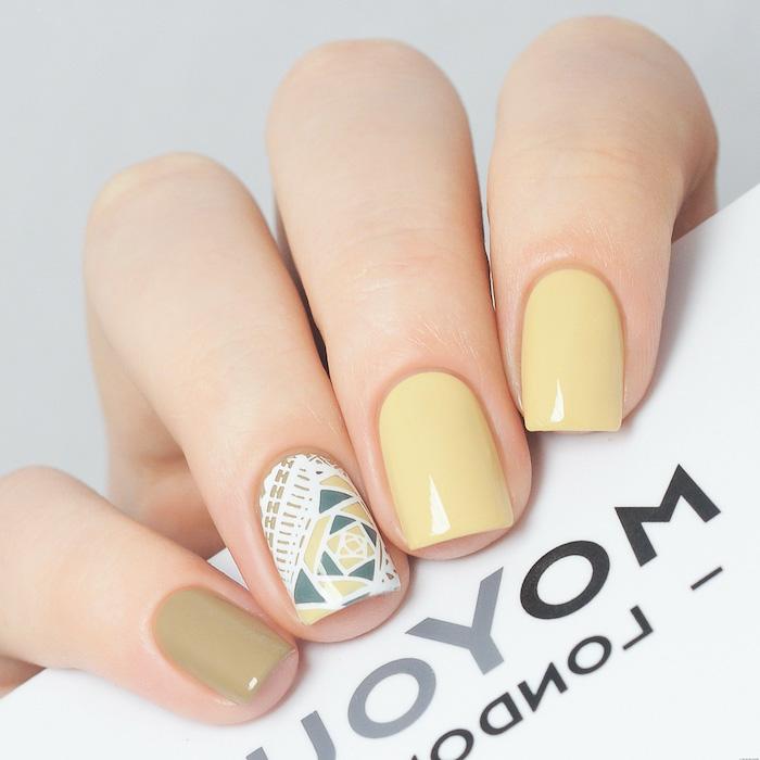 une idée d ongle jaune pastel avec décorations en formes geometriques