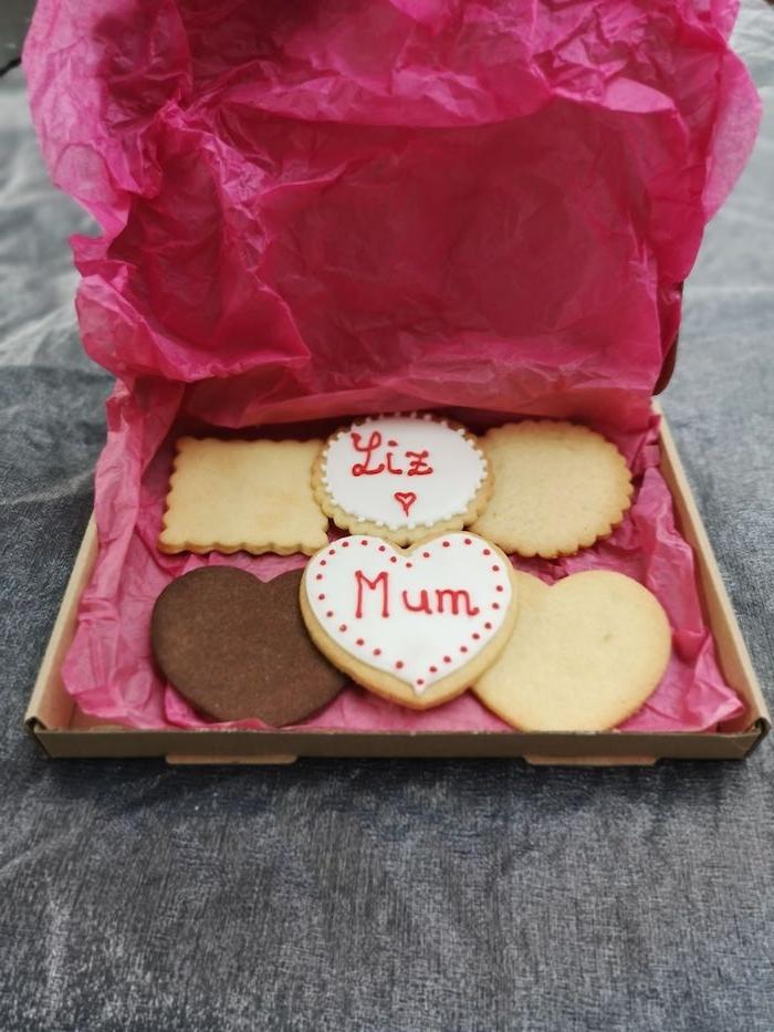une idée de cadeau fete des meres fait main des biscuits avec des messages dans une boite