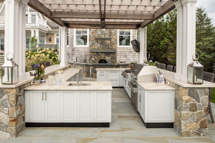 une idée de déco veranda campagne avec des pierres naturelles et des laternes des deux cotés