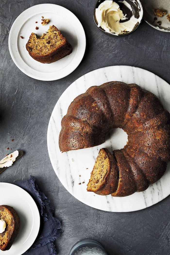 une idée de gâteau fête des mères banana brad servi avec de la glace