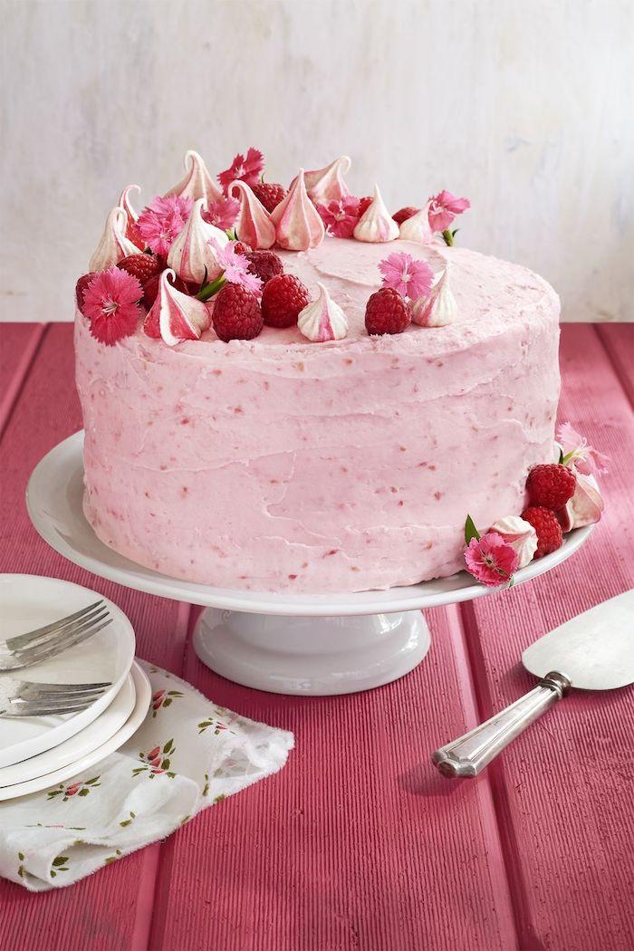 une idée de gateau anniversaire maman en rose avec des fraises et fleurs comestibles