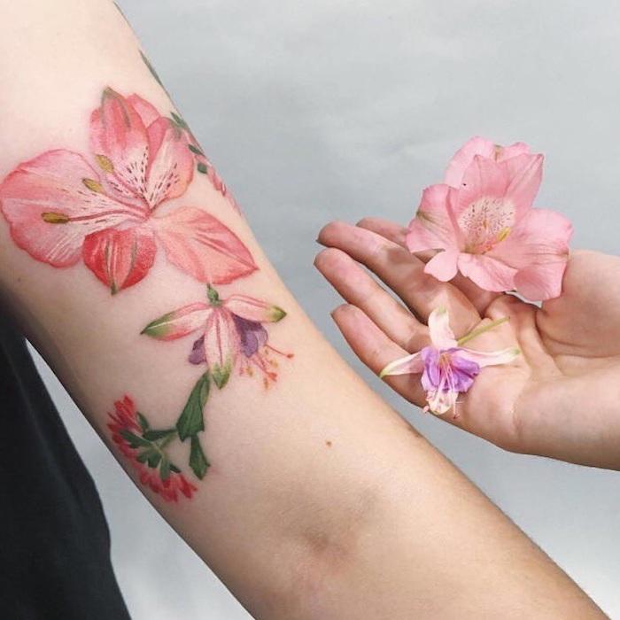 une idée de hibiscus tatouage en style aquarelle et couleurs pastels