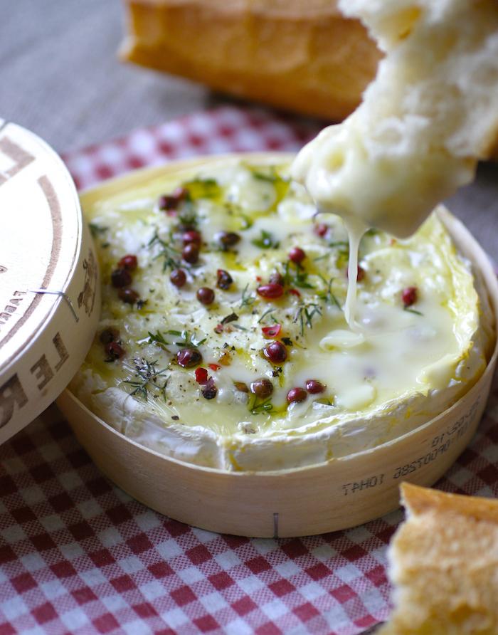 une idée de servir fromage au four fondue avec des herbes poivre rouge et du pain