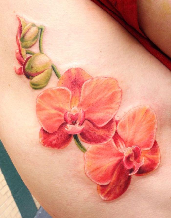 une idée de tatouage orchidée en orange sur la cuisse
