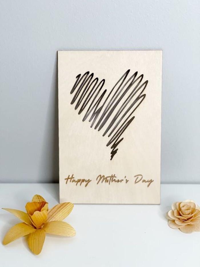 une idée pour dessin de maman minimalistique sur une carte en papier blanc