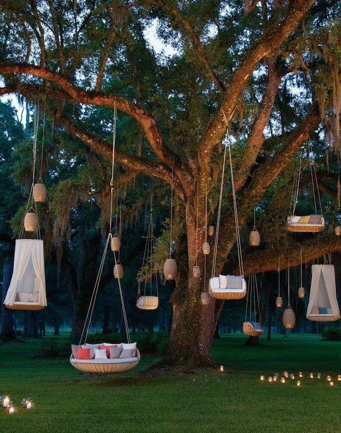 une ideé de décoration dans le jardin a l aide des meubles en rotin pendants