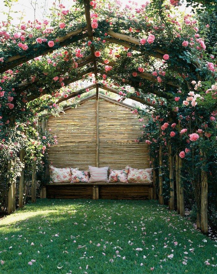 une pergola naturelle des rosiers dans le jardin au dessus d un canapé le jqrdinage pour les nuls
