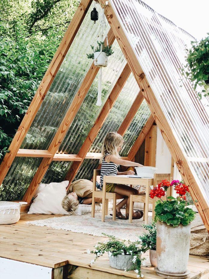 une perogla dans le jardin avec toiture en pvc jardinier amateur