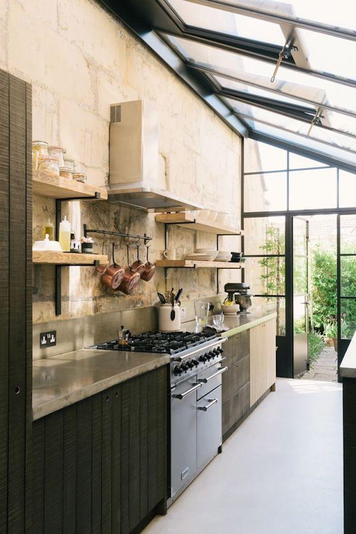 une poele au dessus de la aspirateur d un habillage mur intérieur veranda avec des etagères et surface de cuisiner