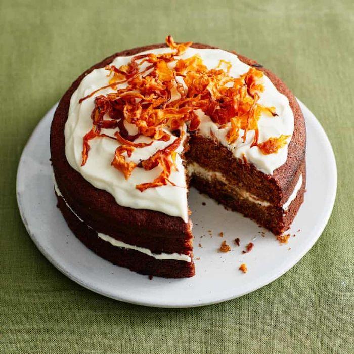 une recette de gateau anniversaire maman avec de la creme et des decorations de carrotes
