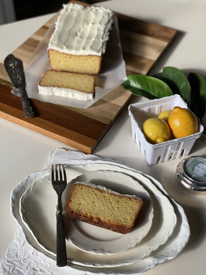 une recette fête de mères pour gateau pain au citron coupé et servi dans assiette