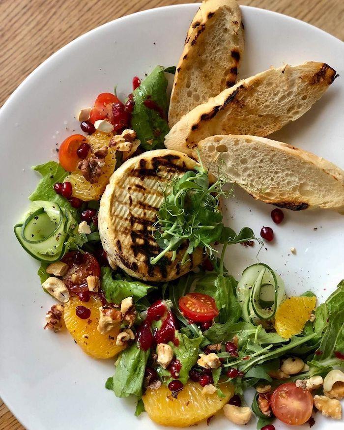 une recette pour salade avec camembert chaud grillée des tomates cerises argumes et graines de pomegranate
