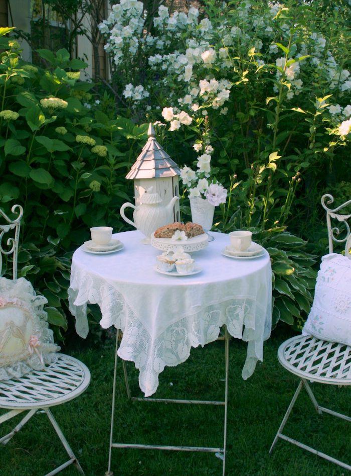 une service de café sur une table et deux chaises astuce bricolage jardin