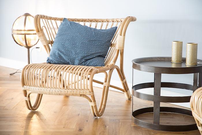 une table ronde en metal a coté d une chaise peindre fauteuil rotin vernis