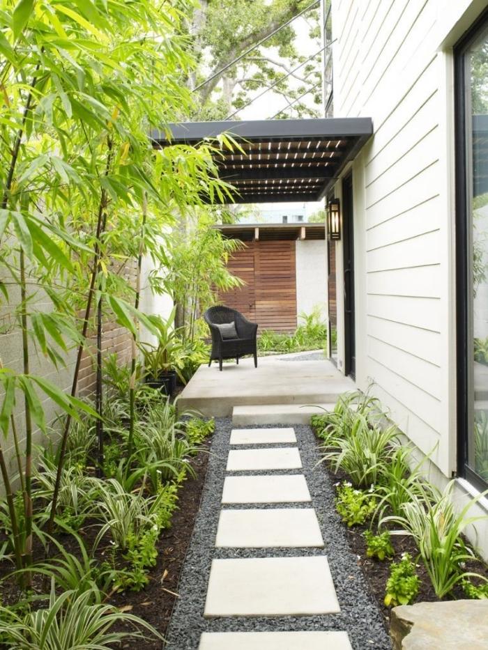 végétation sentier dalles blanches galets plantes vertes amenagement petit jardin en longueur