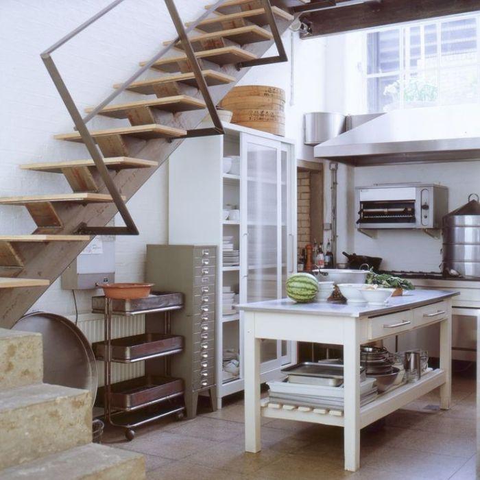 vaisselier sous escalier cuisine professionnelle blanche et inox ilot central blanc carrelge sol original