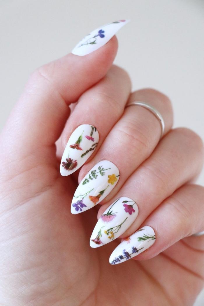 vernis a ongle blanc manucure florale printemps tendance deco ongle dessin fleurs colorés