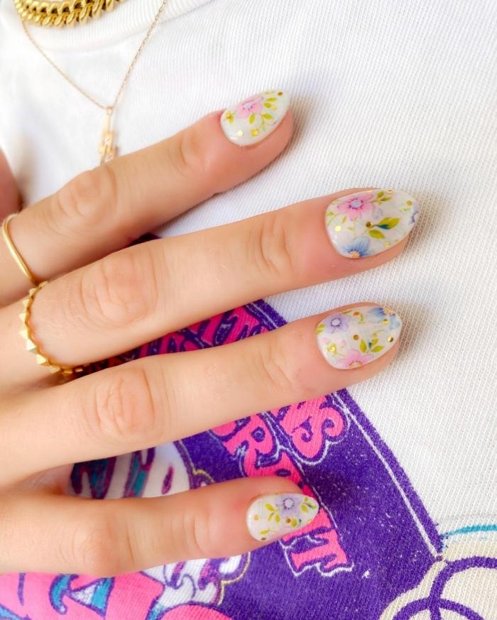 vernis base blanche manucure tendance printemps ongle nail art dessin fleurs vernis couleurs pastel
