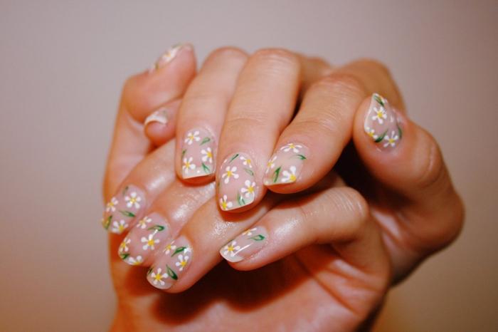 vernis de base transparent marguerite dessin ongle facile idée nail art minimaliste simple nail art fleur