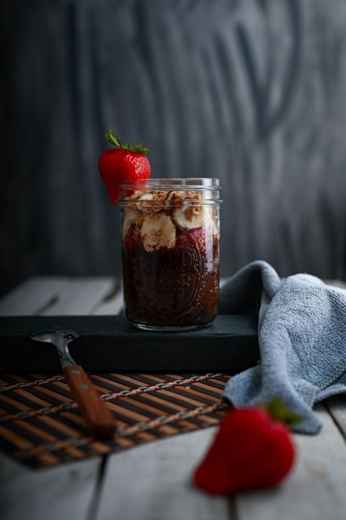 verrine fruit rouge facile flocons d avoine graines de chia morceaux de banane et de fraises