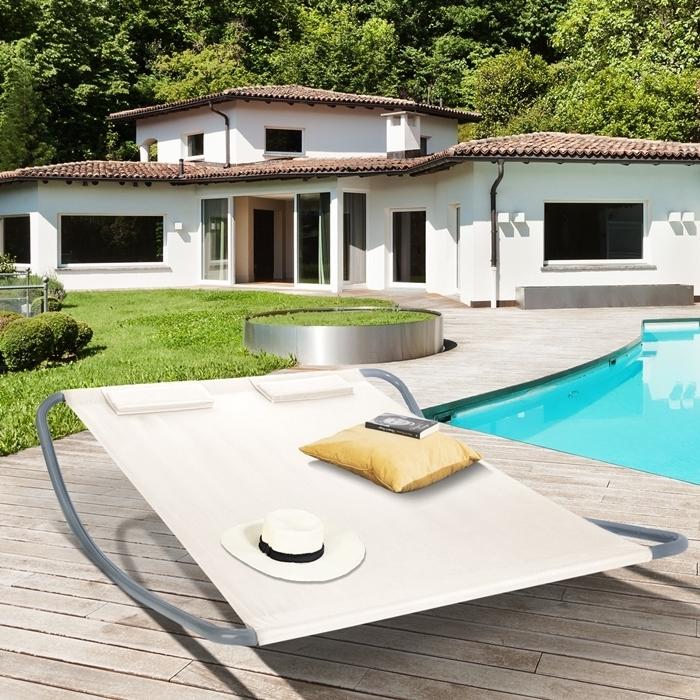 aménagement au bord de piscine lit bain de soleil toile couleur ecrue terrasse