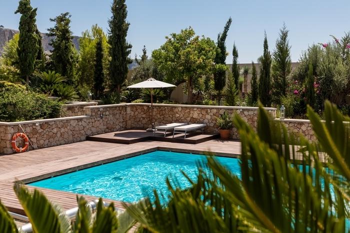 aménagement jardin avec piscine terrasse bois mobilier de jardin transat bain de soleil palmiers