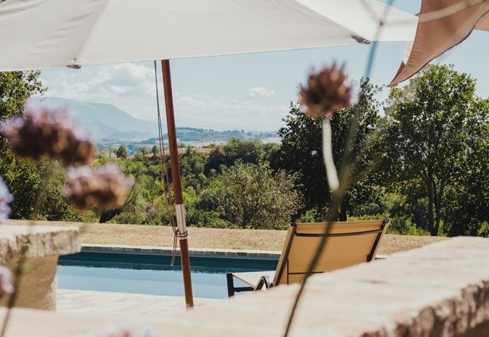 amenagement autour piscine mobilier exterieur bain de soleil transat parasol piscine deco
