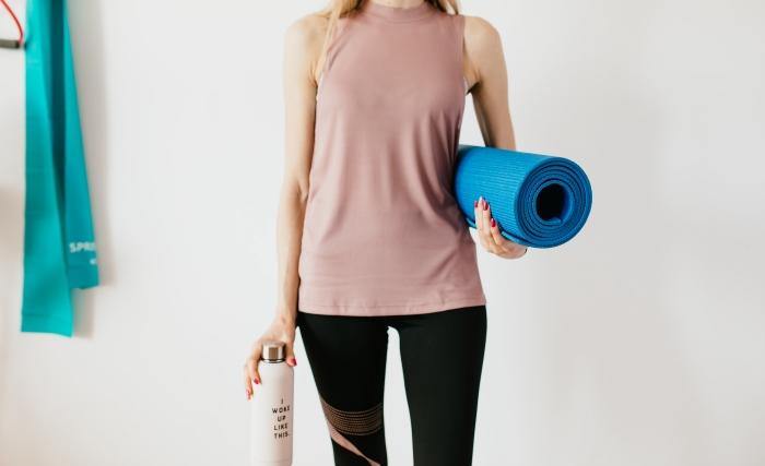 bienfaits faire du sport exercices entrainement maison accessoires tapis yoga mat bouteille d eau