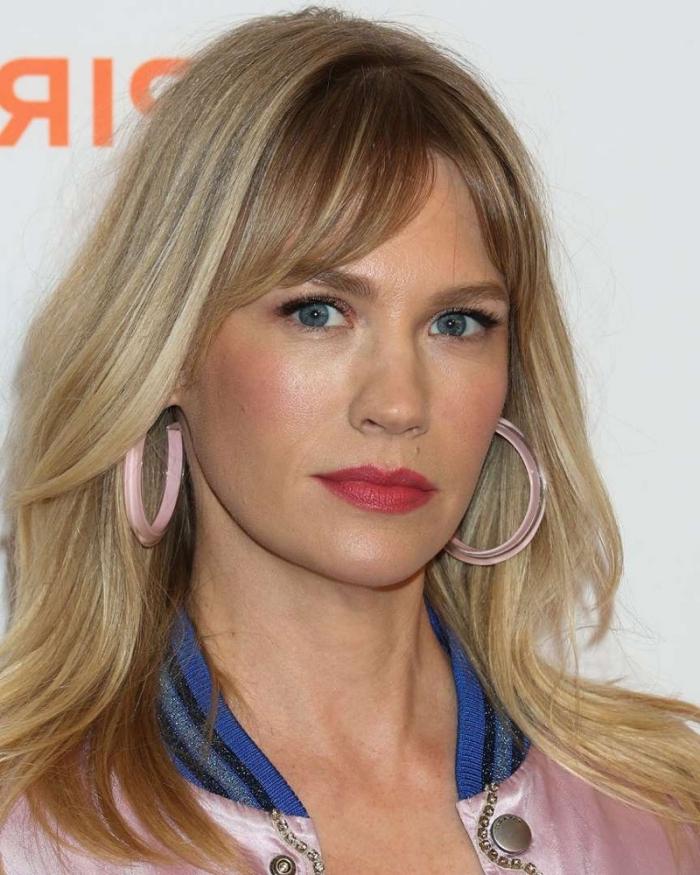 boucles d oreilles créoles roses frange effilée rideau bomber rose col bleu coloration blond cendré meches