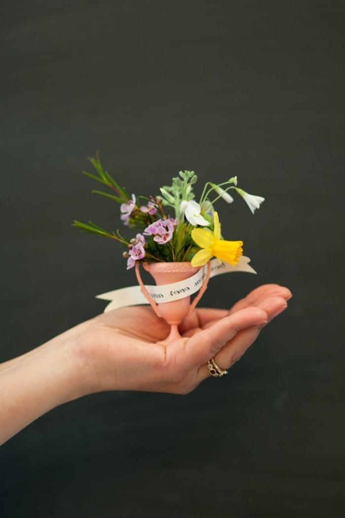 bricolage fête des mères original mini trophée pot fleur avec mini fleurs cadeau maman a faire