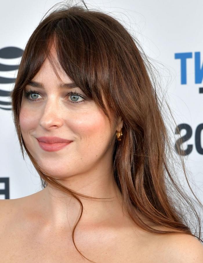 célébrité coupe de cheveux avec frange maquillage nude yeux verts rouge a lèvres nude cheveux longs