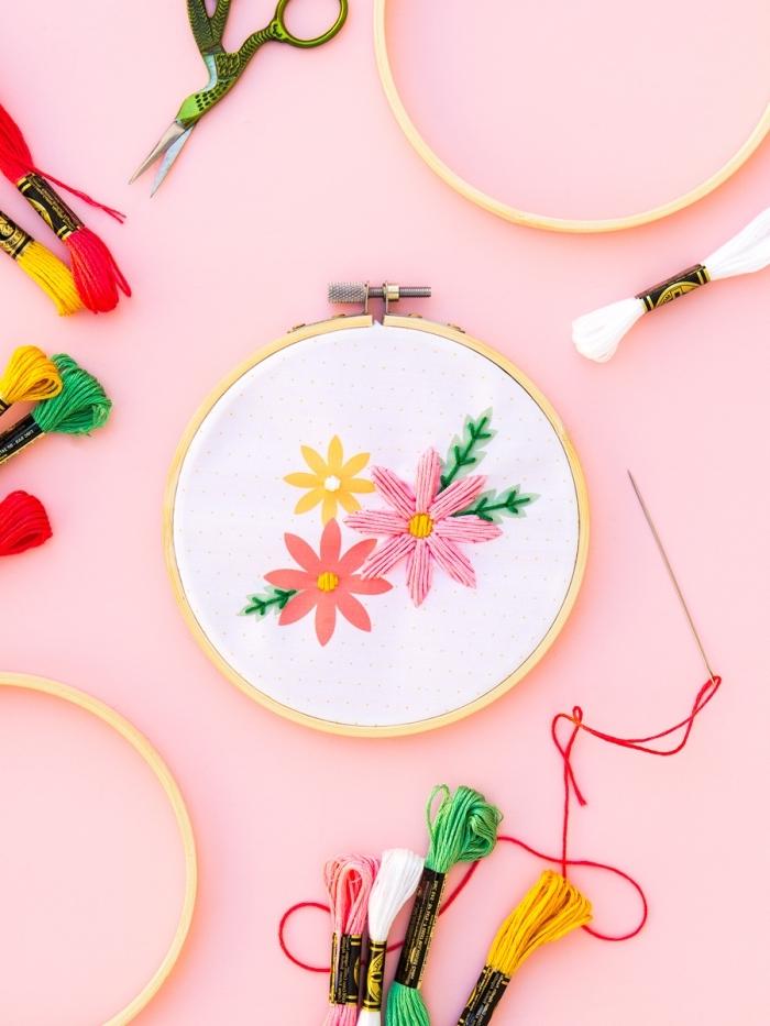 cadeau a faire soi meme pour maman broderie art fils colorés cercle anneaux a broder aiguille