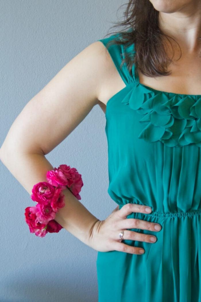 cadeau fête des mères à fabriquer soi même diy bracelet fil de fer fleurs roses robe bleu volants