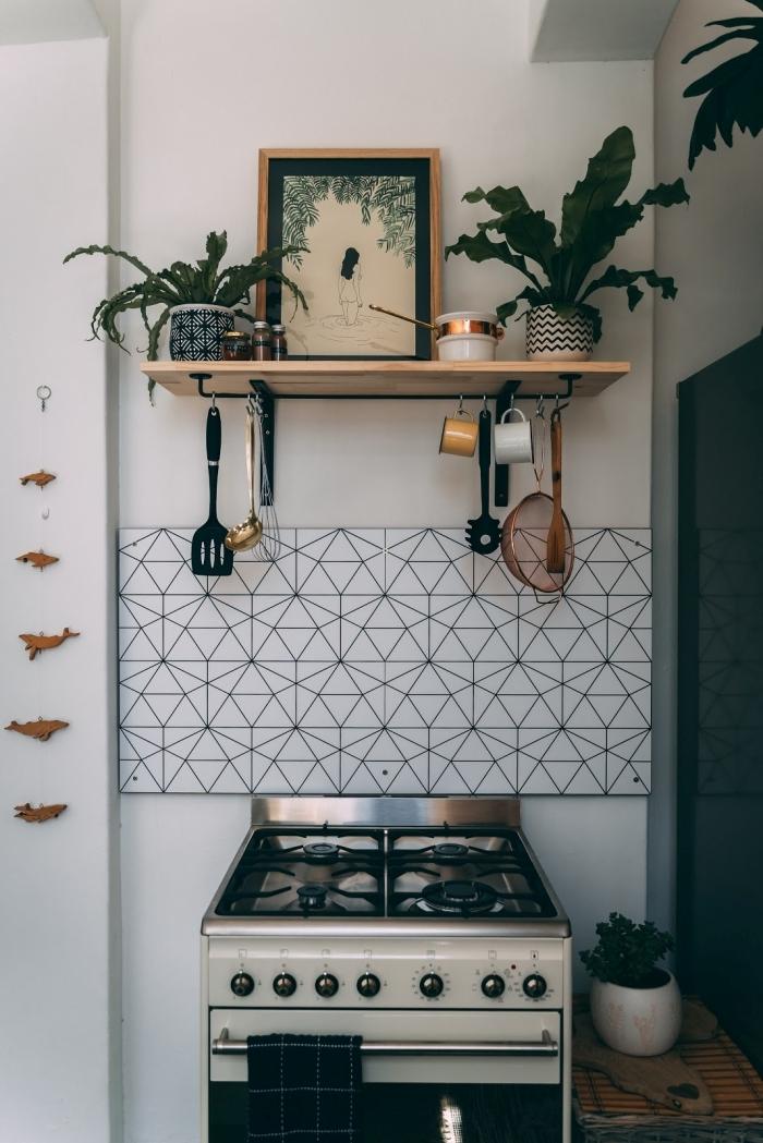 carrelage motifs géométriques blanc eet noir objet deco cuisine plantes d intérieur étagère bois