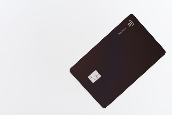 carte bancaire couleur marron fonce