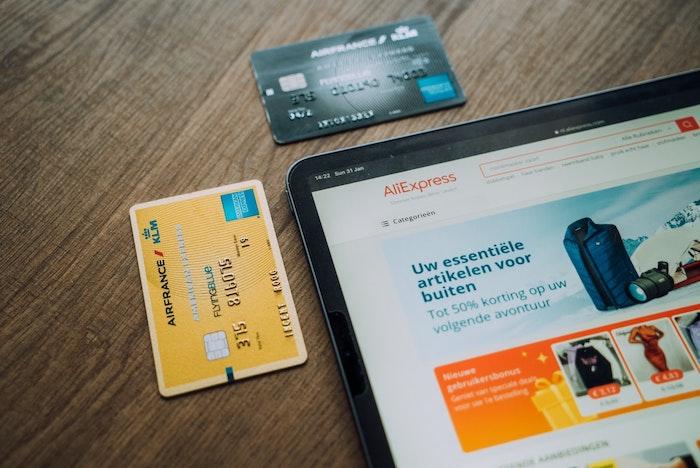 cartes bancaire poses sur un bureau en bois marron fonce