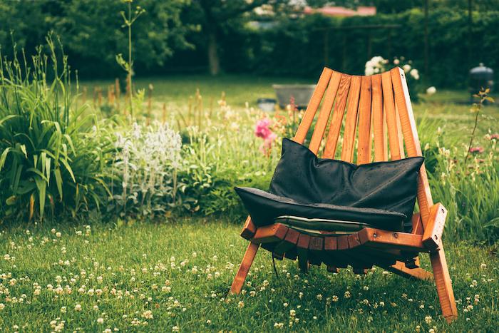 chaise en bois dans le jardin pelouse verte