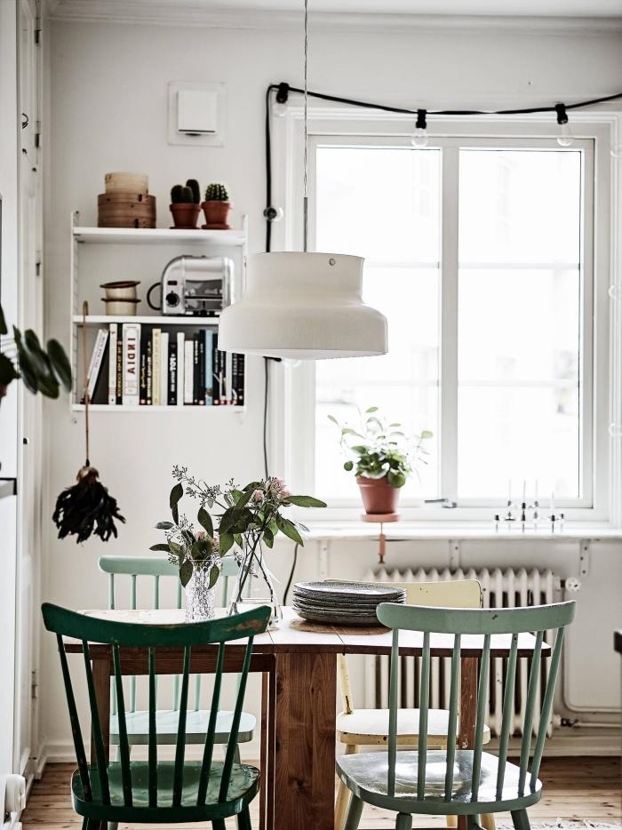 chaise peinture bois nuances de vert deco boheme vintage étagère suspendue plantes et livres