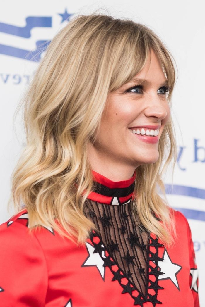 coiffure avec frange robe rouge col motifs étoiles blanc et noir yeux bleus maquillage coloration blonde