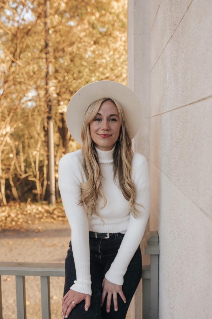 coiffure avec meche blonde cheveux longs ondulations boucles pull over femme blanc jeans noirs