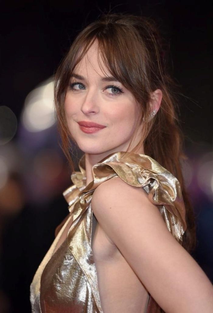 coiffure célébrité cheveux attachés queue de cheval avec frange rideau longue brune yeux bleus