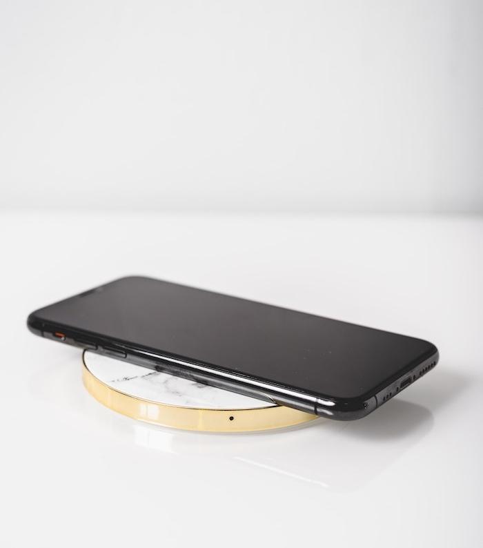 comment charger un téléphone sans fil idée chargeur par induction magnétique exemple original