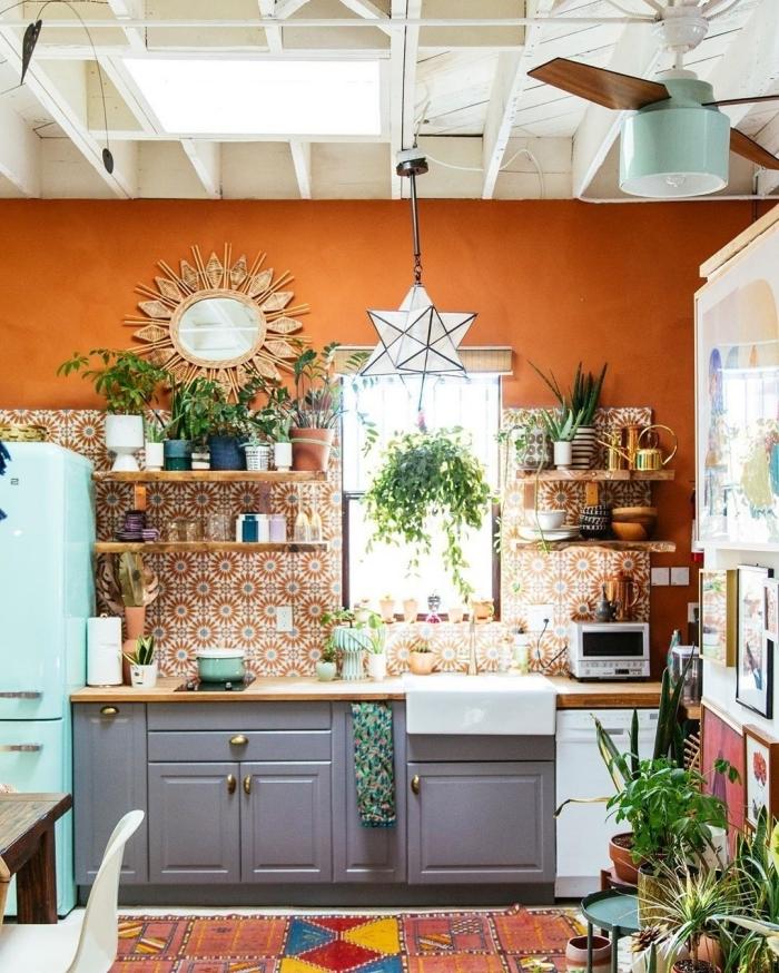 comment peindre un mur de couleur orange deco hippie chic cuisine armoires gris mat miroir soleil