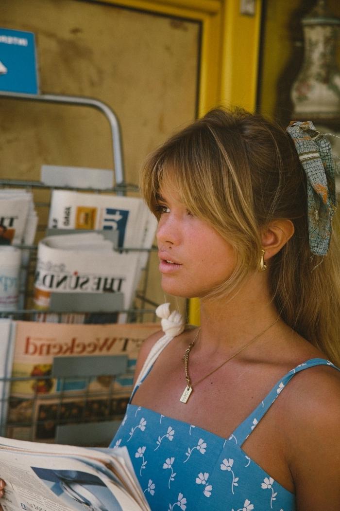 coupe avec frange sur le côté robe d été longue couleur bleue motifs fleurs blanches accessoire fichu cheveux