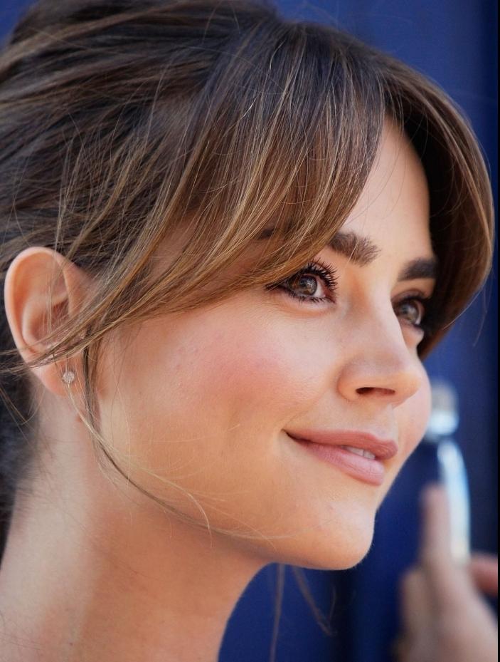 coupe de cheveux tendance 2021 femme coupe bardot frange rideaux meche rideau coloration balayage