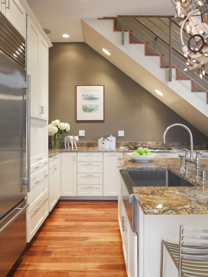 cuisine d angle couleur blanche avec plan de travail marbre et grand ilot de cuisine parquet bois clair electromenager inox
