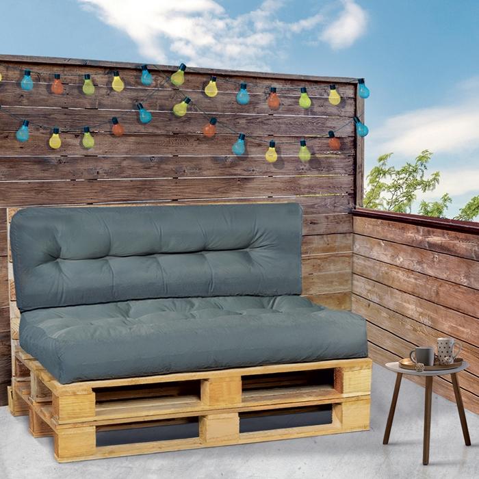 décoration balcon terrasse bois cloture guirlande lumineuse lot coussins canapé palettes assise et dossier gris anthracite diy salon de jardin