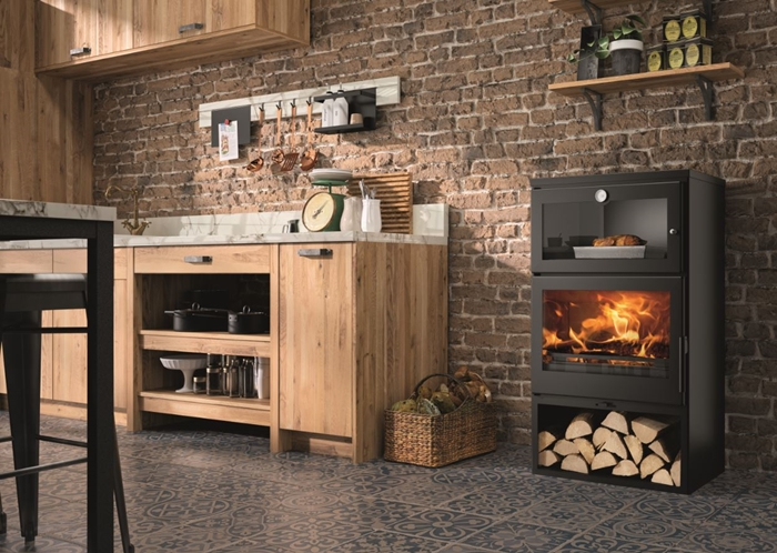 décoration cuisine mur briques rouges meubles bois plan de travail marbre poele a bois avec four