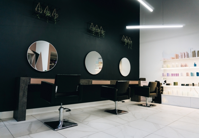 décoration intérieure design salon de coiffure style moderne mur accent relaxation plante éclairage devenir un coiffeur
